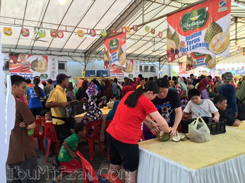 suasana makan durian di Durian Fiesta 2016