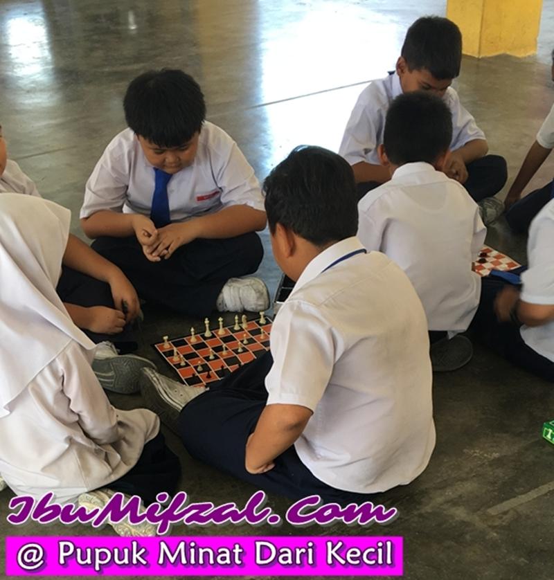 bermain chess dengan rakan-rakan sekolah